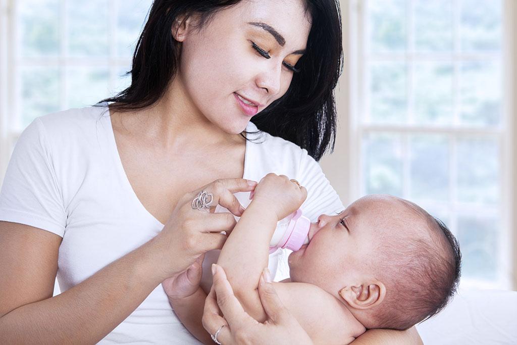 Chăm sóc trẻ bằng cách bú bình hay cho bú mẹ?